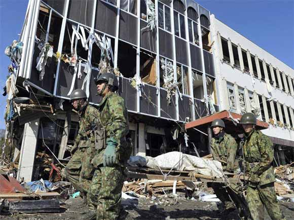 soldiers carrying dead body